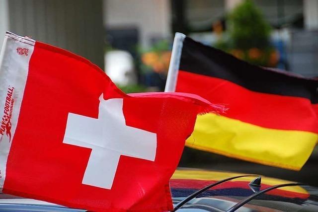 Einkommen von Grenzgängern und Schweizern gleichen sich im Laufe der Zeit an