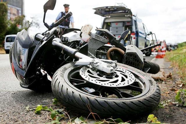 Junge Motorradfahrerin stürzt auf der L 109 bei Elzach