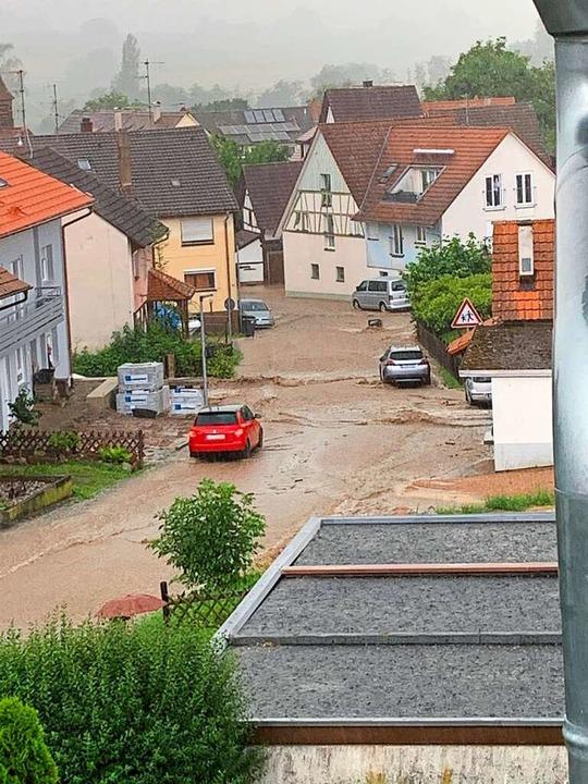 Die Karl-Friedrich-Böhringer Straße ha...n in einen reißenden Fluss verwandelt.    Foto: Jörg Corsten