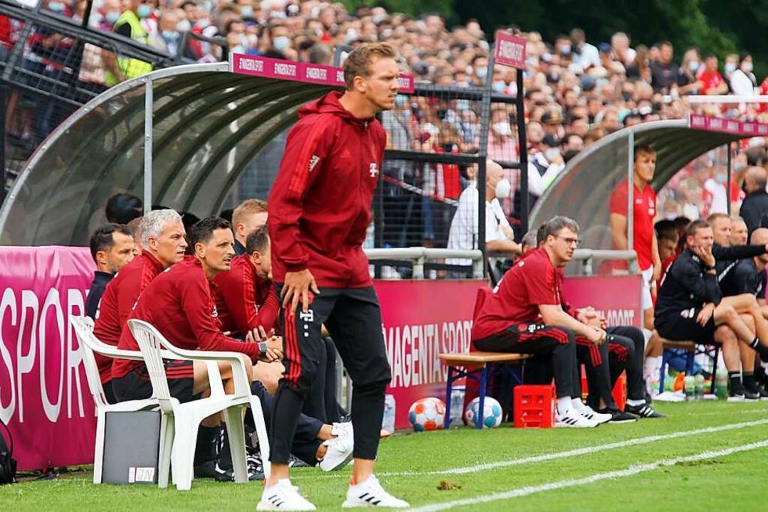 Julian Nagelsmann (vorn ) gab am Samst...büt auf der Trainerbank des FC Bayern.    Foto: Reinhardt