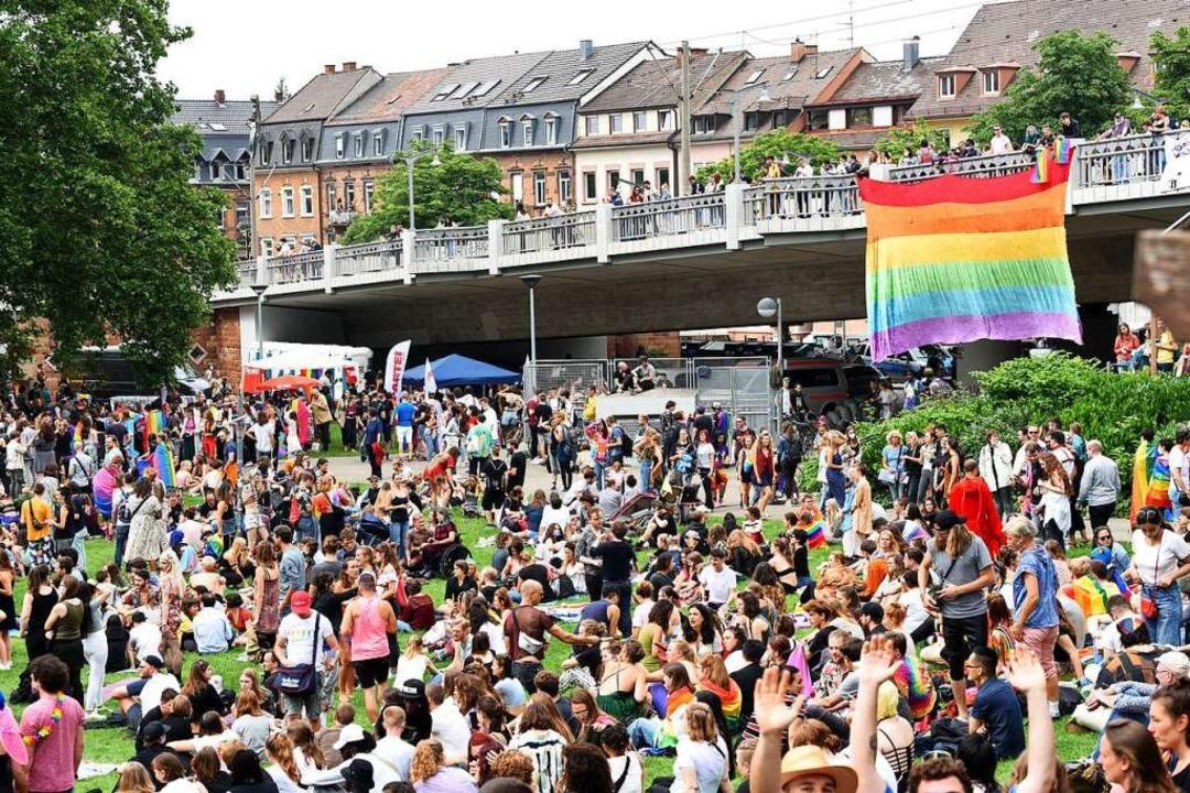 Viele Menschen, wenig Masken – der CSD 2021 auf dem Stühlinger Kirchplatz  | Foto: Rita Eggstein