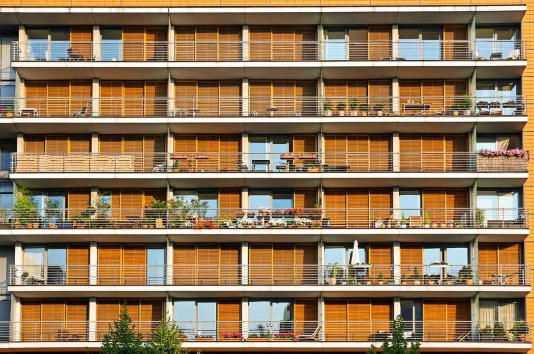 In der Stadt leben viele Menschen in großen Häusern mit mehreren Wohnungen.  | Foto: elxeneize  (stock.adobe.com)