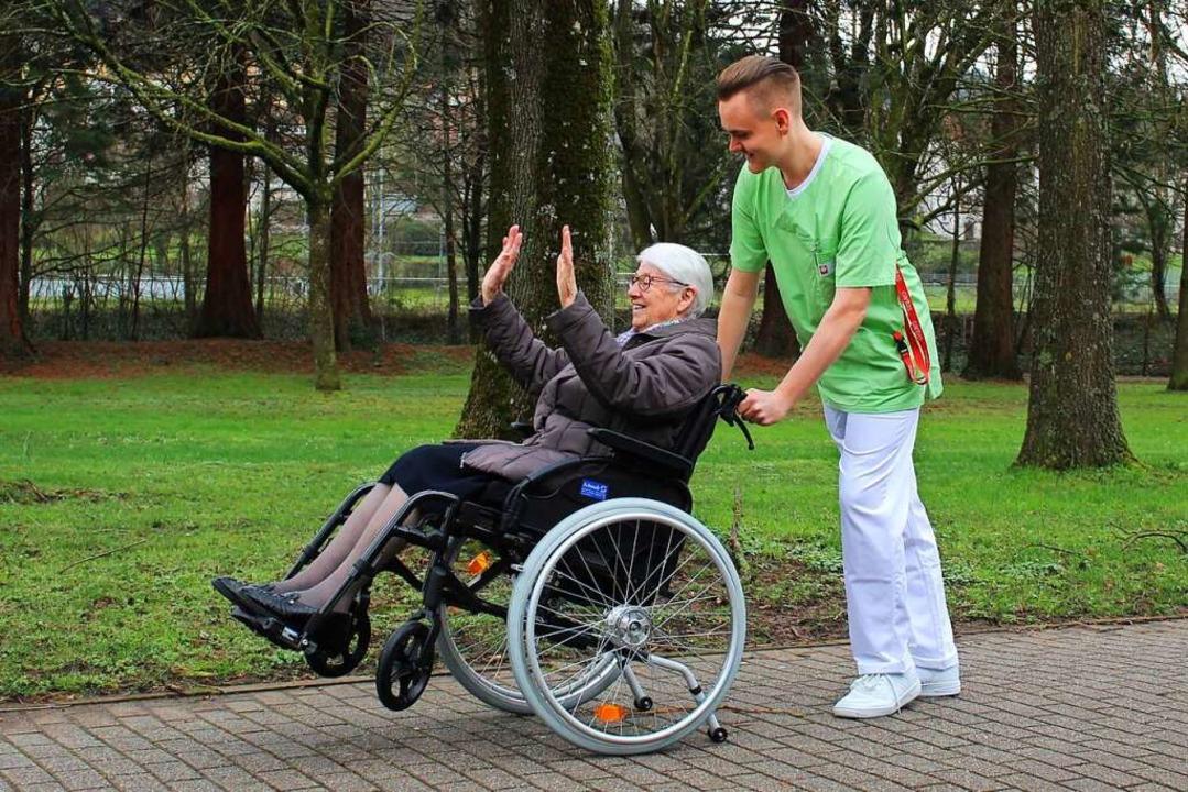 Ein Pfleger hilft einer alter Dame – auch das ist soziales Handeln.    Foto: Caritas