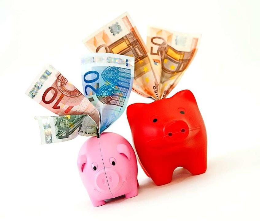 Sparschweinchen mit Geldscheinen  | Foto: Mascha Brichta