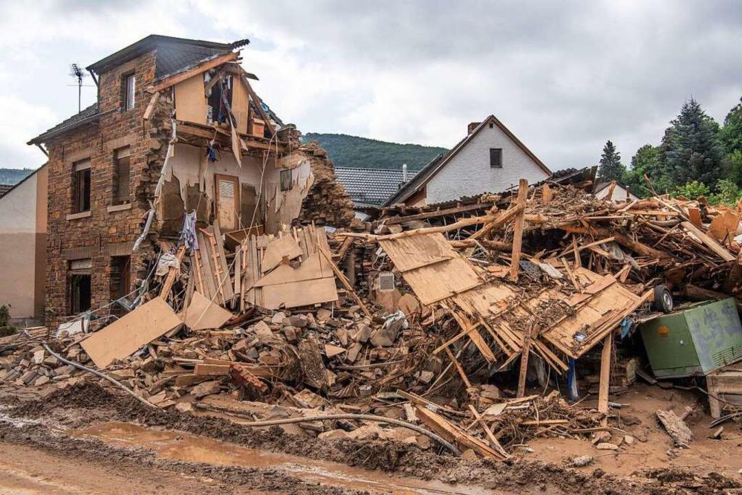 Völlig zerstört ist dieses Haus in Alt...hädigt, es gibt zahlreiche Todesopfer.    Foto: Julia Cebella (dpa)