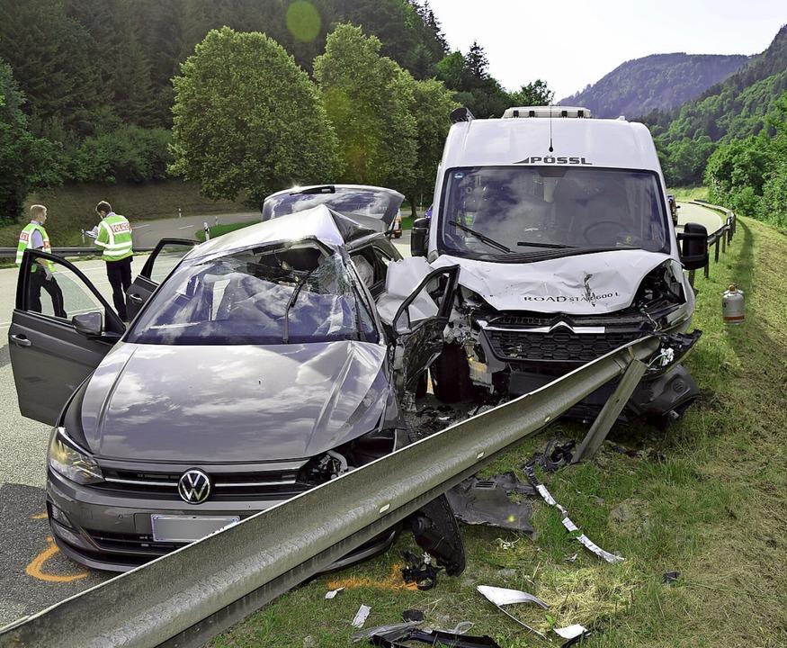Der VW Polo  wurde vom Wohnmobil auf d... und die Frau starben am Unfallort.     | Foto: Kamera24