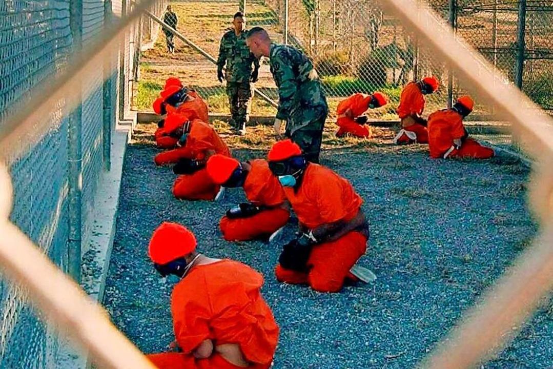 Häftlinge knien im Jahr 2002 vor den Wärtern der US-Army.  | Foto: epa Shane T. McCoy (dpa)