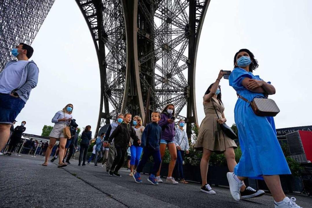 Besucherinnen und Besucher am Eiffeltu...zeitangeboten gilt jetzt die 3G-Regel.    Foto: Michel Euler (dpa)