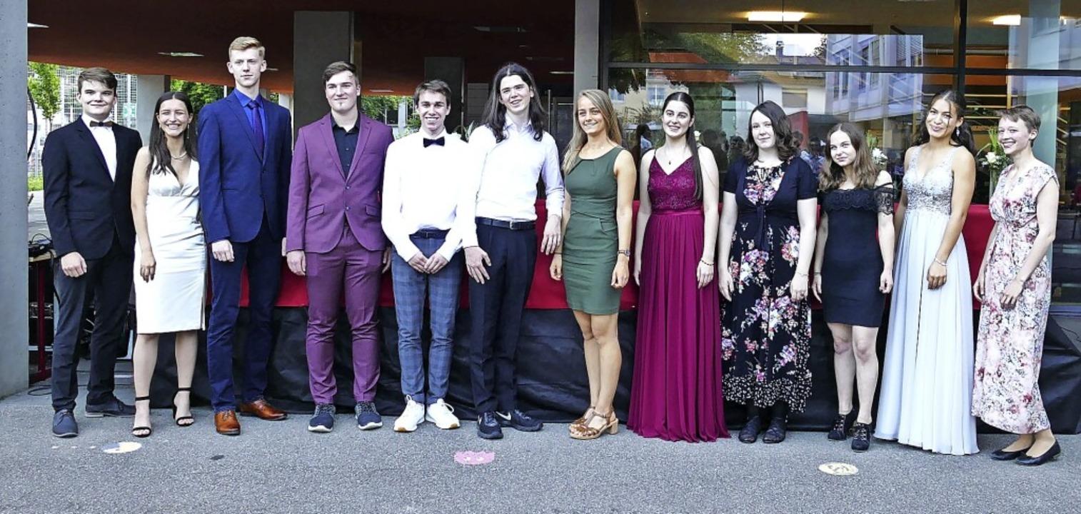 Etliche Abiturientinnen und Abiturient...mnasiums wurden mit Preisen gewürdigt.  | Foto: Sylvia Sredniawa