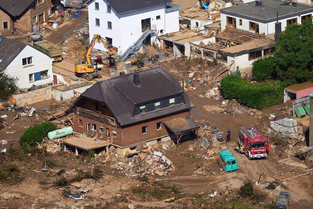 Rheinland-Pfalz, Marienthal: Rettungsk... auch hier zahlreiche Häuser zerstört.  | Foto: Thomas Frey (dpa)