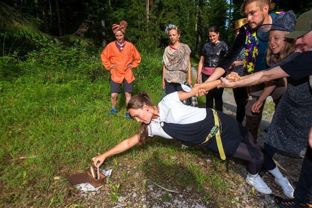 Alina versucht bei einer Schnitzeljagd...n anderen Teilnehmern am Arm gehalten.    Foto: Stefan Puchner (dpa)
