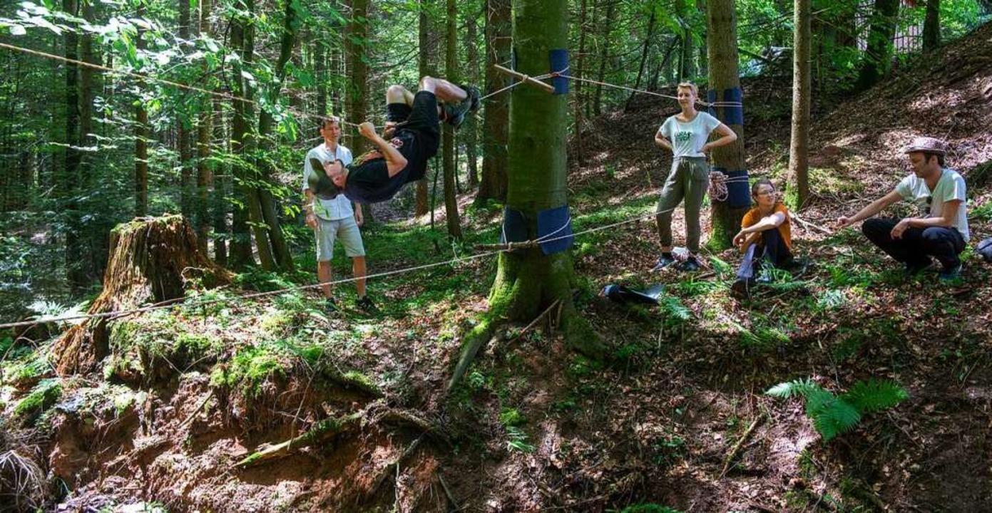 Tim hangelt sich an einer Seilbrücke über einen Bach.    Foto: Stefan Puchner (dpa)