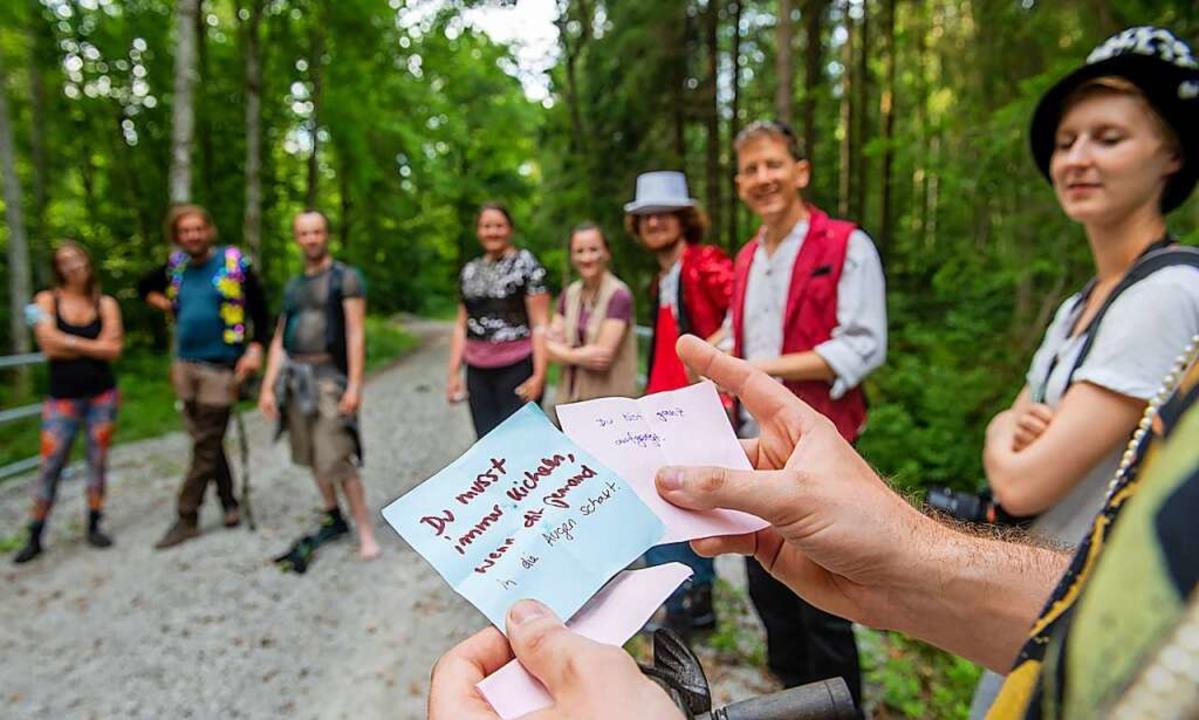 Bei einer Schnitzeljagd erhalten verkleidete Teilnehmer Anweisungen.    Foto: Stefan Puchner (dpa)