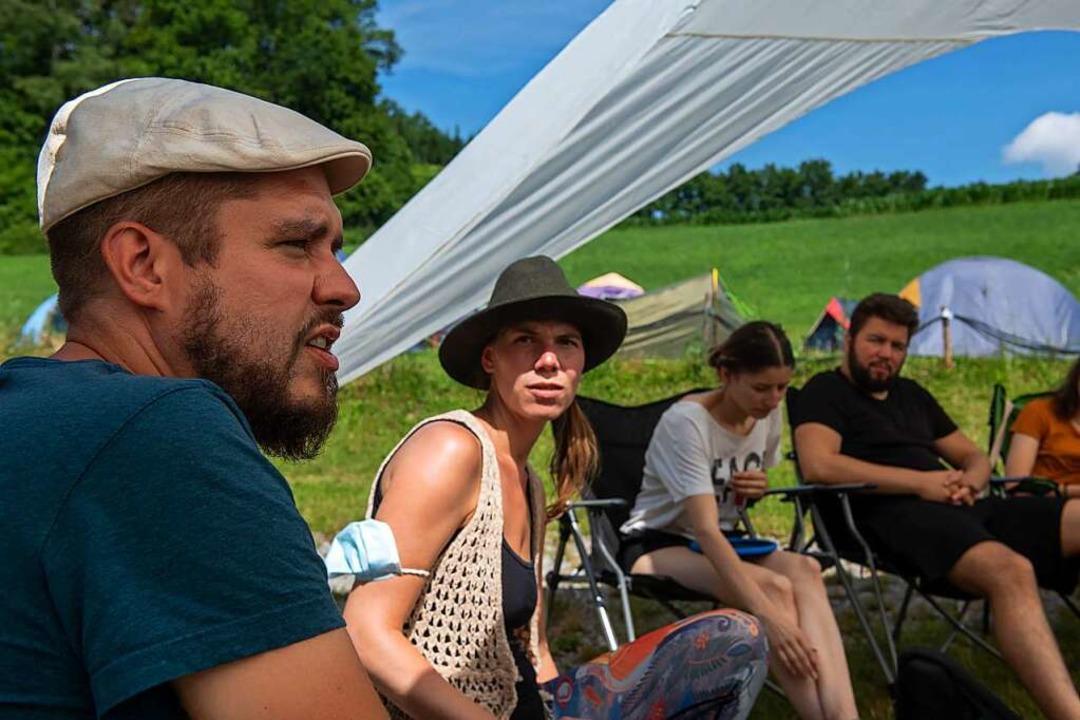 Die Veranstalter Nils (links) und Sand...sprechen bei einer Gemeinschaftsrunde.    Foto: Stefan Puchner (dpa)
