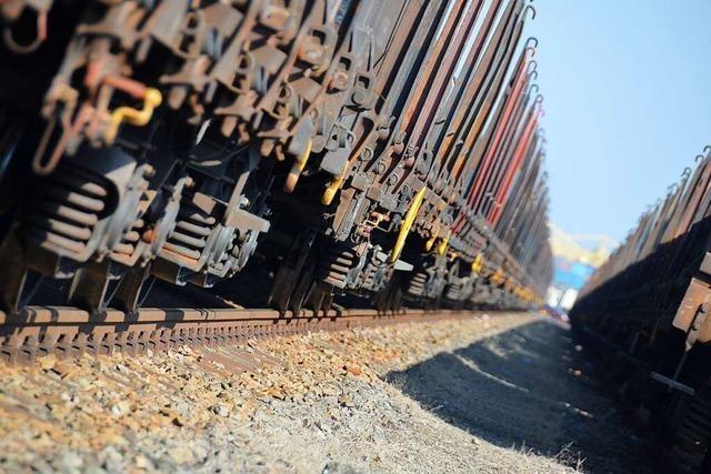 Mädchen springt nach 70 Kilometer von Güterzug