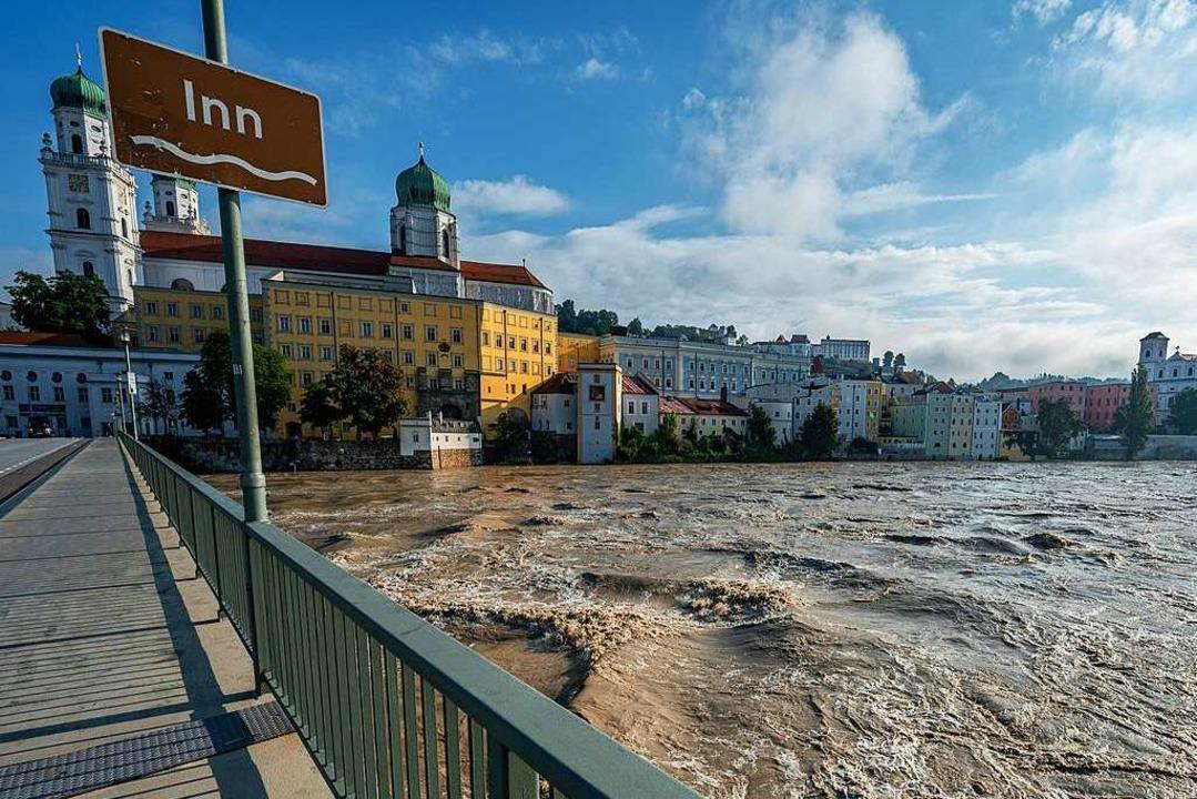 Der Inn in Passau führt Hochwasser: Di...ristisch attraktive Regionen erreicht.    Foto: Armin Weigel (dpa)