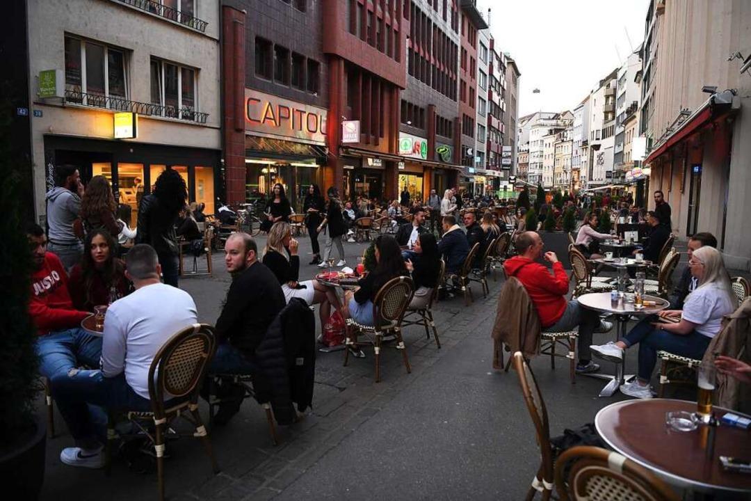 Die Steinenvorstadt in Basel: Das Foto...und Restaurants wieder öffnen durften.  | Foto: Juri Junkov