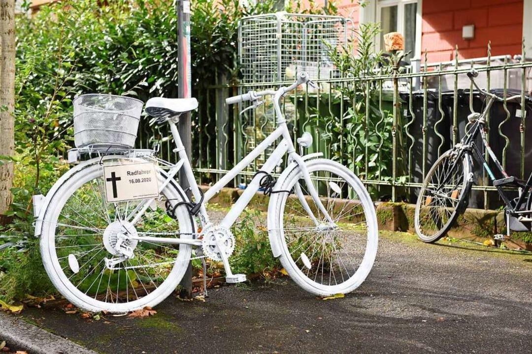 Ein Ghostbike erinnert an den getöteten Fahrradfahrer.  | Foto: Rita Eggstein