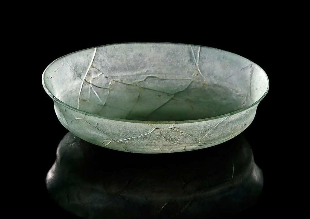 Diese  Glasschale wurde in einem Grabh...eziehungen in den Vorderen Orient gab.  | Foto: Archäologisches Landesmuseum Baden- Württemberg, Manuela Schreiner