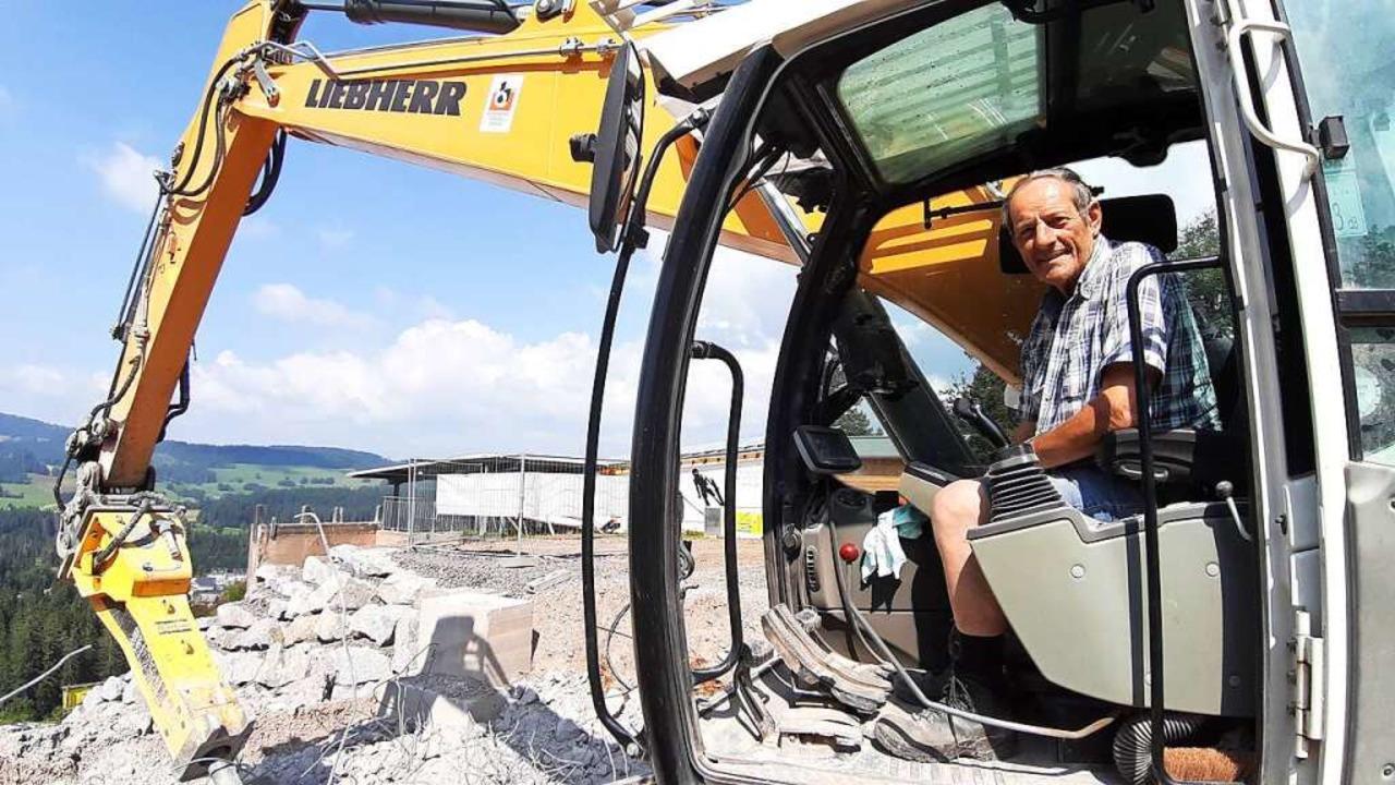 Abbruch-Spezialist:  Werner Birkenberger (71) in  seinem  Bagger  | Foto: Johannes Bachmann