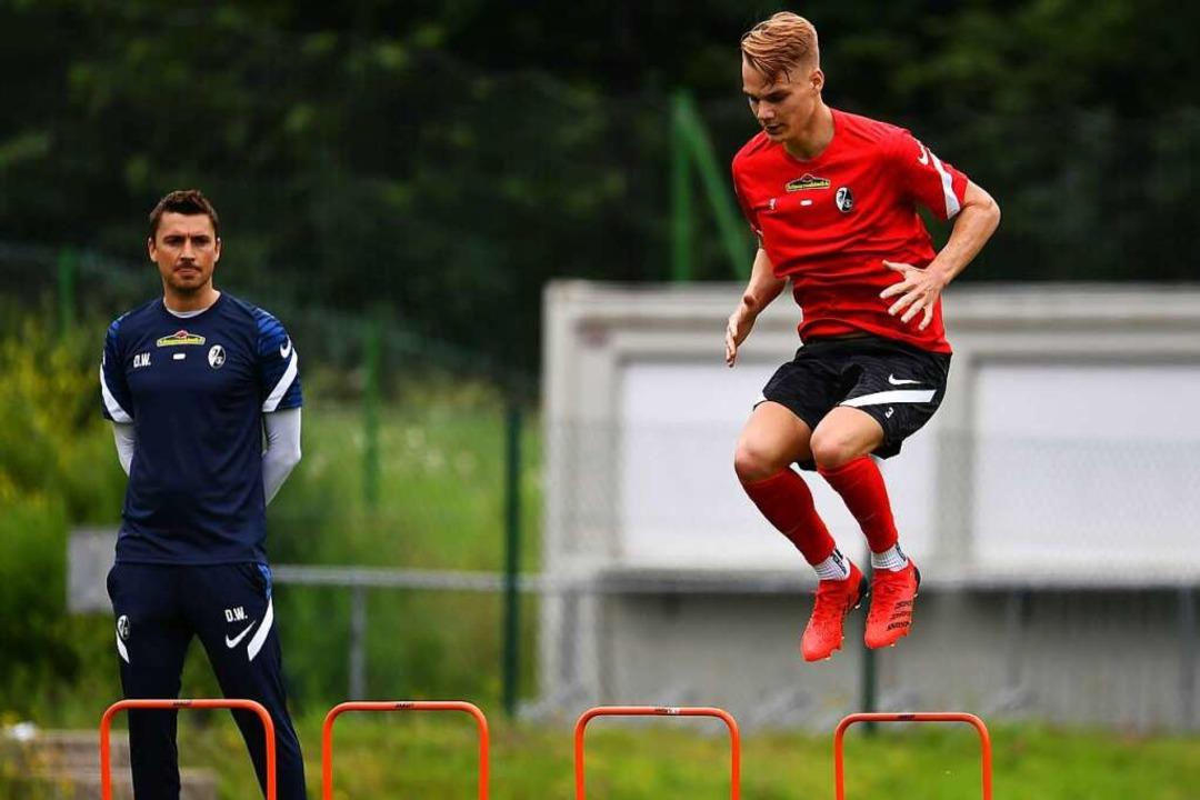 Philipp Lienhart hüpft unter Anleitung von Athletik-Trainer Daniel Wolf.  | Foto: Achim Keller