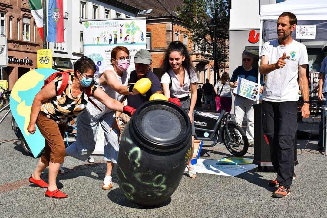 Weg damit: Britta Staub-Abt (von links...hael Bilharz von der Aktion Klimawette  | Foto: Thomas Loisl Mink