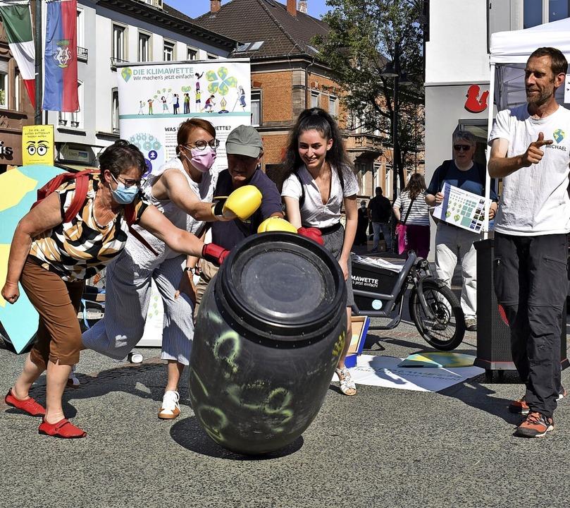 Weg damit: Britta Staub-Abt (von links...ael Bilharz von der Aktion Klimawette     Foto: Thomas Loisl Mink