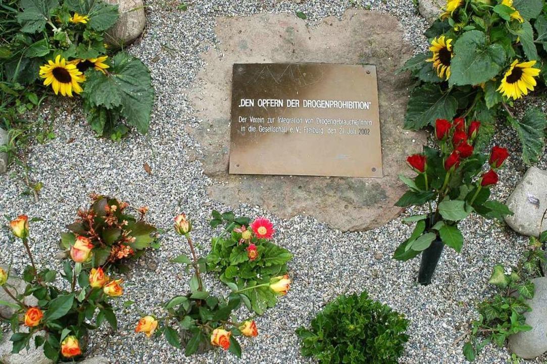 Der Gedenkstein für die Drogentoten in Freiburg wurde durch zwei Stelen ersetzt.  | Foto: Thomas Kunz