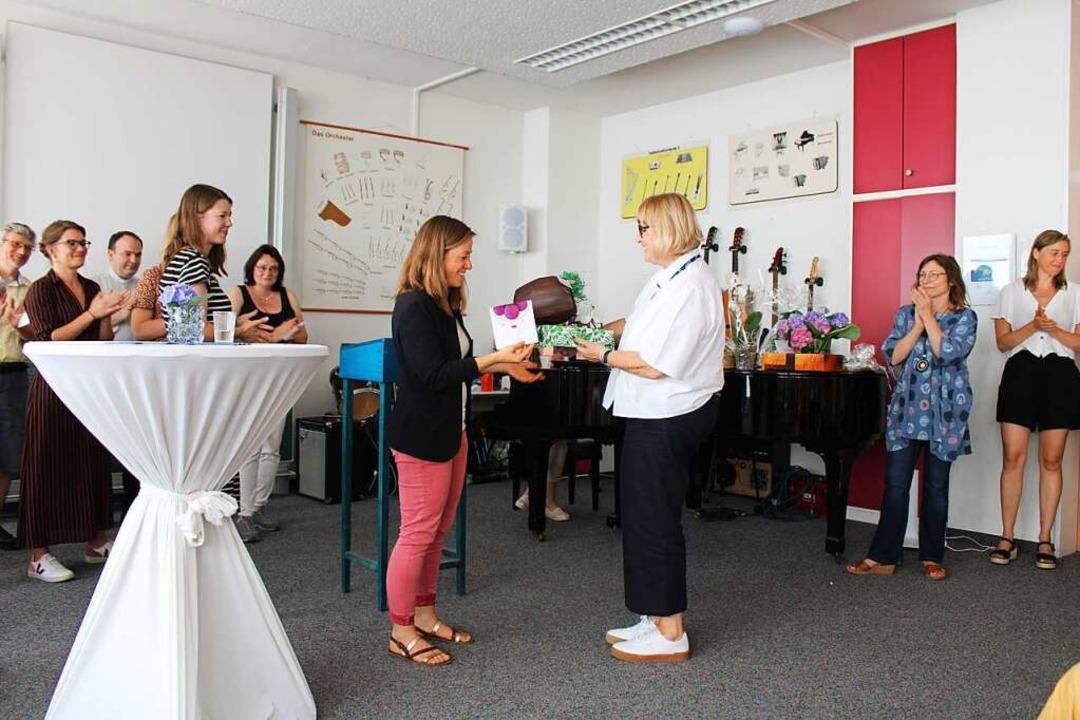 Susanne Spiegelhalder-Rinderle (rechts) erhält vom Lehrer-Kollegium ein Präsent.    Foto: Manuel Hunn