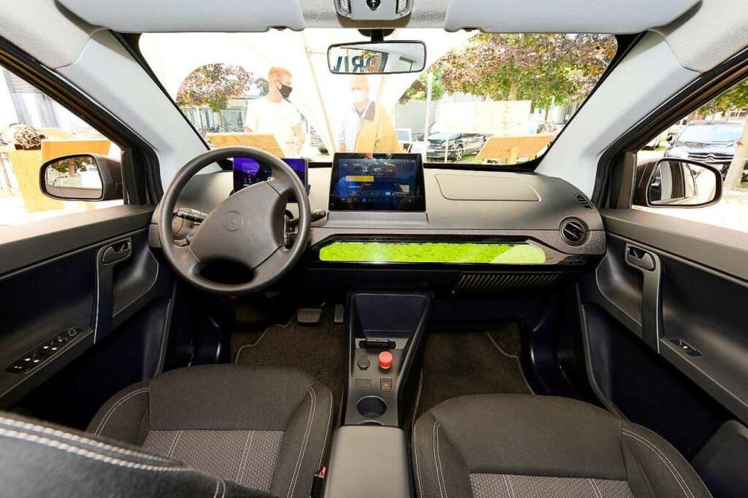 Das Cockpit des Sion ist volldigital. ...er als Steuerung für das Infotainment.  | Foto: Ingo Schneider