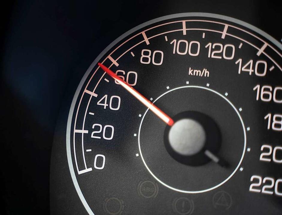 Mit 60 statt 30 Stundenkilometern war ...en soll sich auf 20.000 Euro belaufen.  | Foto: Frank Rumpenhorst (dpa)