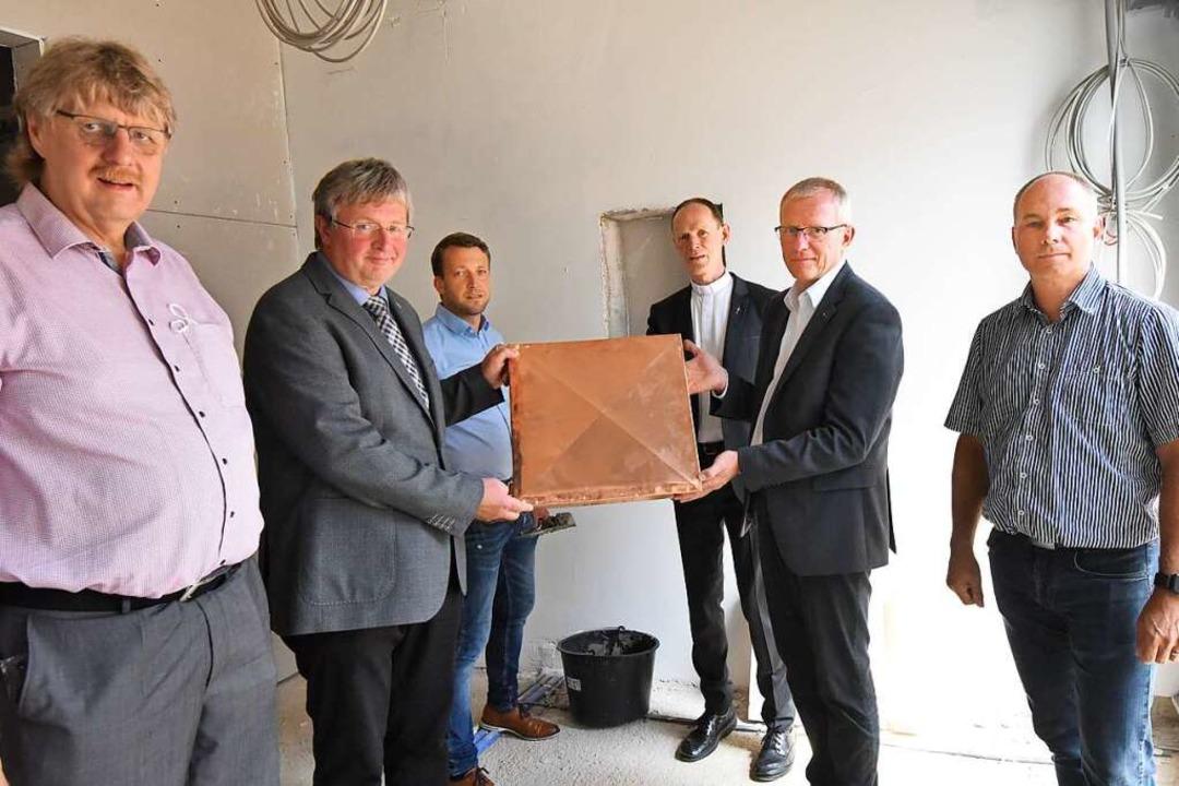 Mit Zeitkapsel (von links):   Werner B...iser, Jochen Kandziorra, Volker Scheld  | Foto: Markus Zimmermann