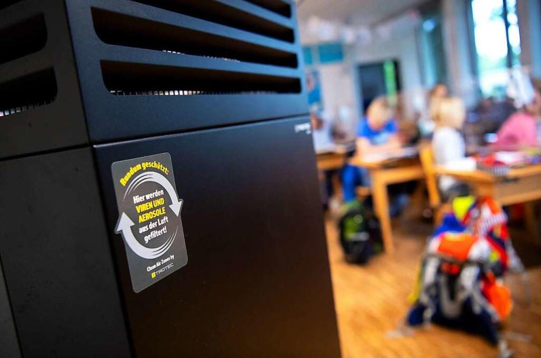 Luftreiniger in Klassenräumen sind umstritten.  | Foto: Sven Hoppe (dpa)