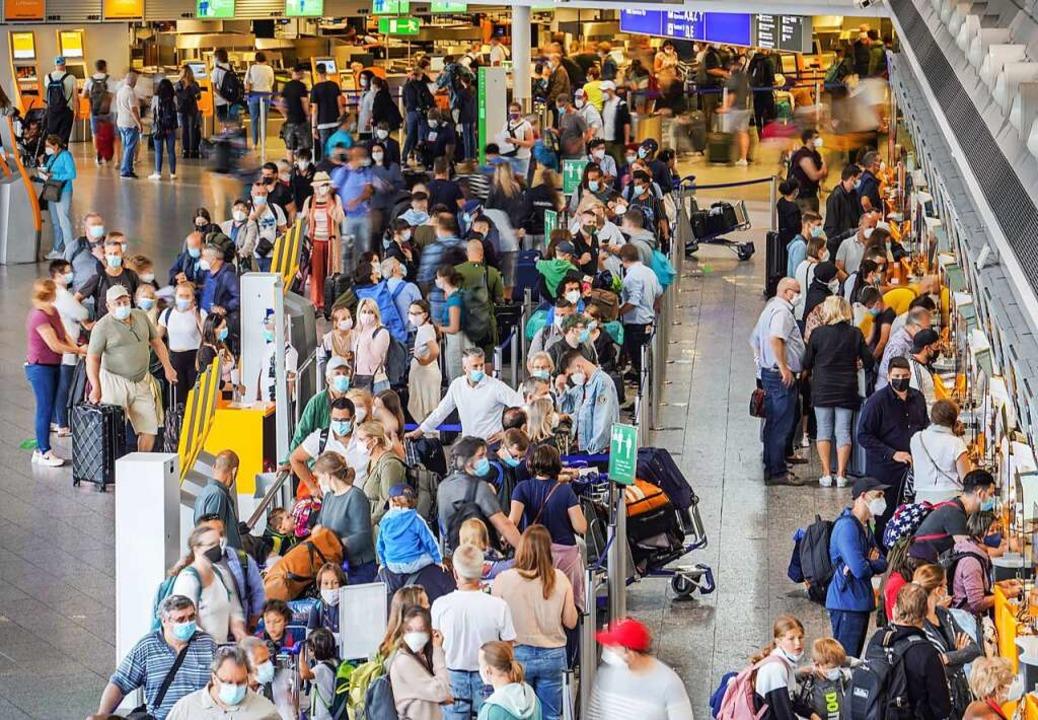 Der Frankfurter Flughafen am ersten Ferienwochenende Hessens.  | Foto: Frank Rumpenhorst (dpa)