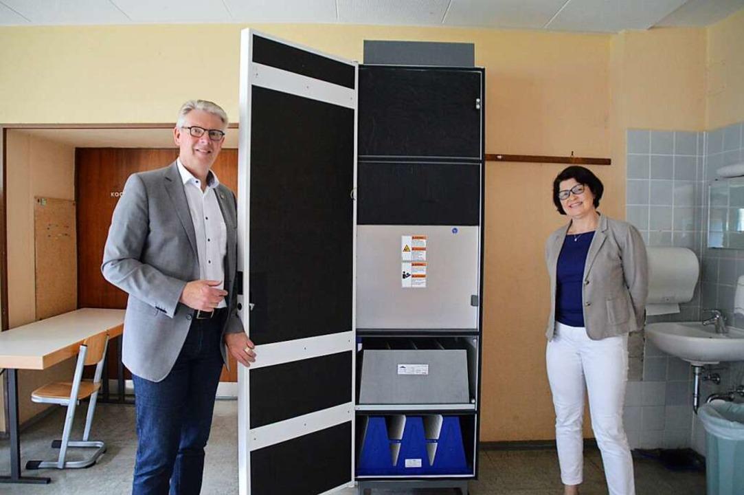 Gottenheims Bürgermeister Christian Ri... neue Luftfilteranlage der Schule vor.  | Foto: Sebastian Heilemann