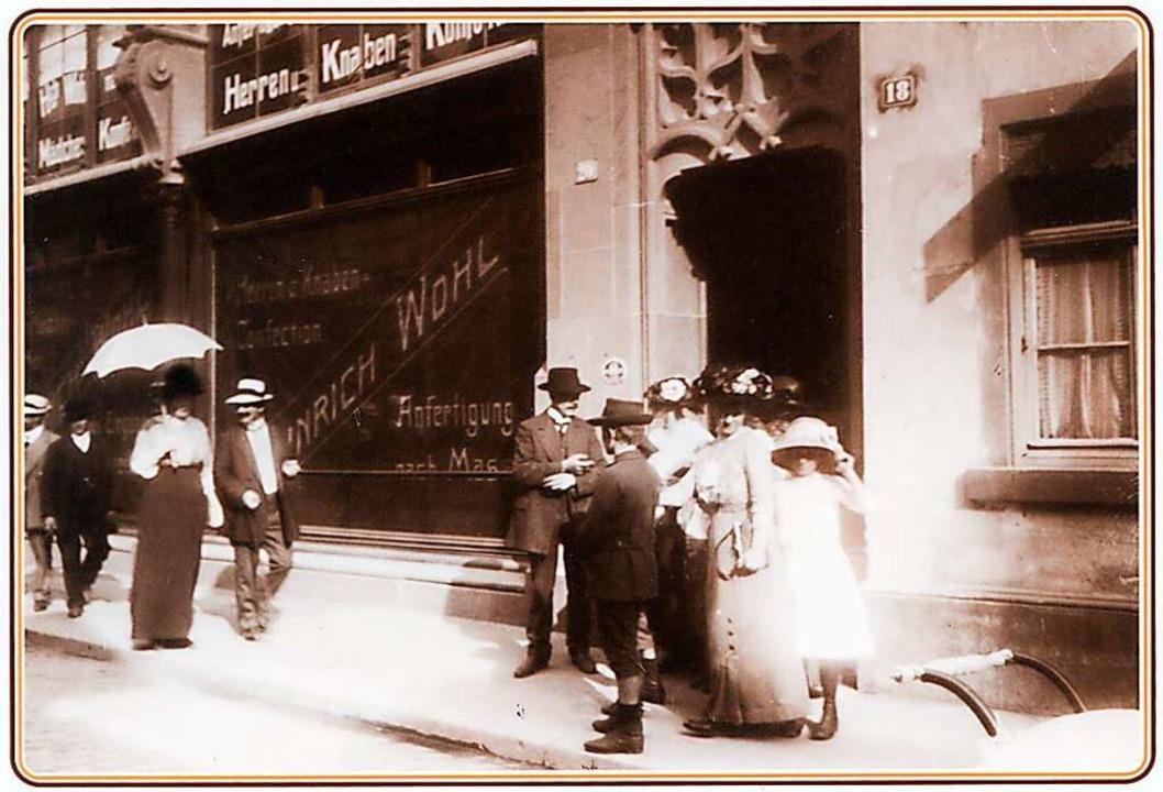 Flaneure vor dem Kaufhaus Wohl Wortsmann.  | Foto: Verlag Waldemar Lutz