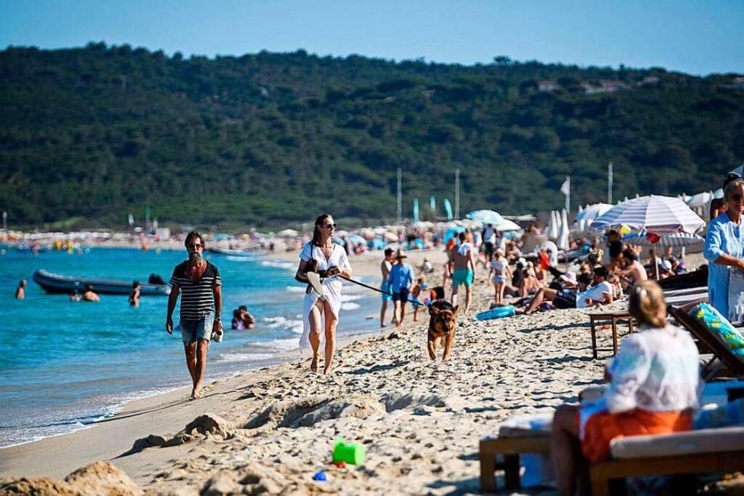 Am Strand von St. Tropez. In den Touri...r neue Ansteckungsherde identifiziert.  | Foto: CLEMENT MAHOUDEAU (AFP)