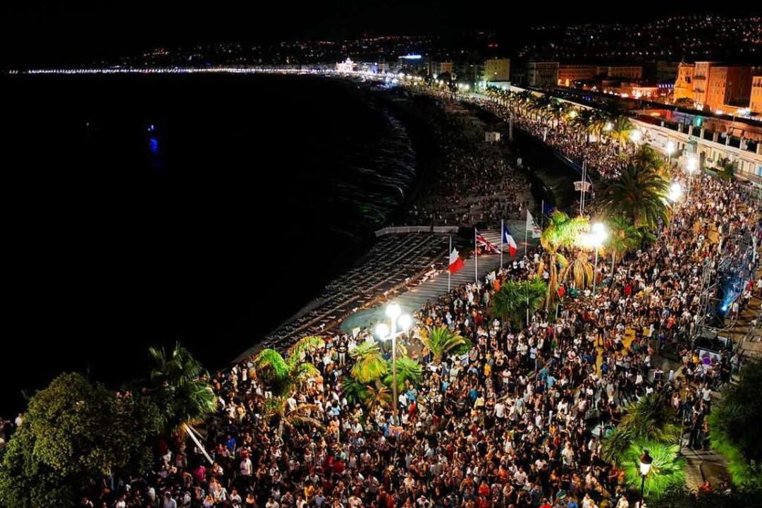 Knapp 5000 Menschen versammeln sich am...Corona-Schutzregeln nicht eingehalten.  | Foto: Yann Coatsaliou
