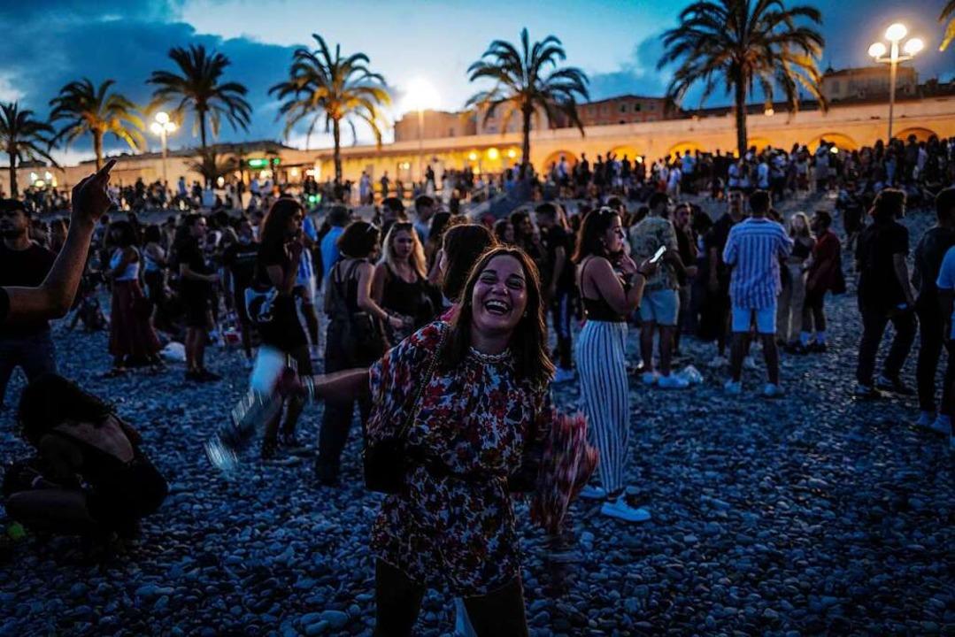 Junge Leute feiern Ende Juni in Nizza  | Foto: VALERY HACHE