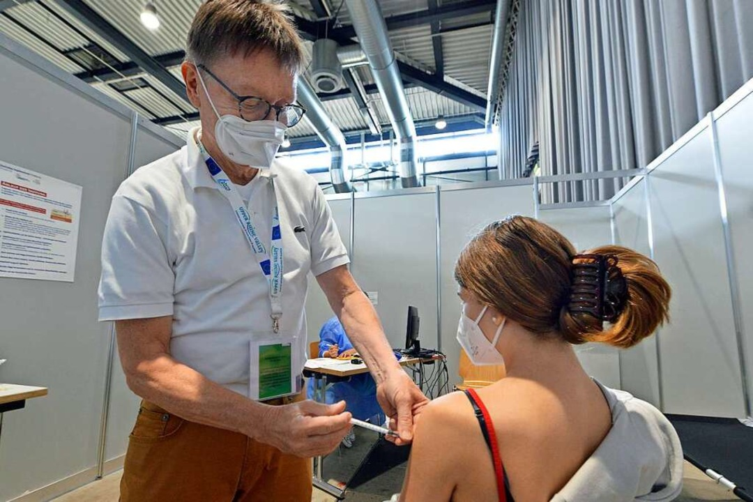 Eine Impfung gegen Sars-CoV-2 im Zentr...ereits zum 15. August den Betrieb ein.    Foto: Michael Bamberger