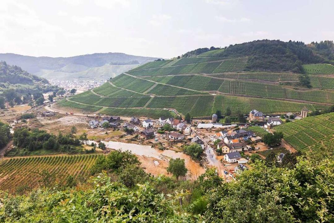 Im Ahrtal sind  auch die Weinbaubetrie... Folgen der Flutkatastrophe betroffen.    Foto: Philipp von Ditfurth (dpa)