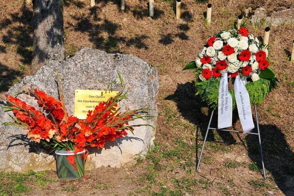 Am Gedenkstein für die Opfer des Zugunglücks von Rheinweiler. (Foto: Jutta Schütz)