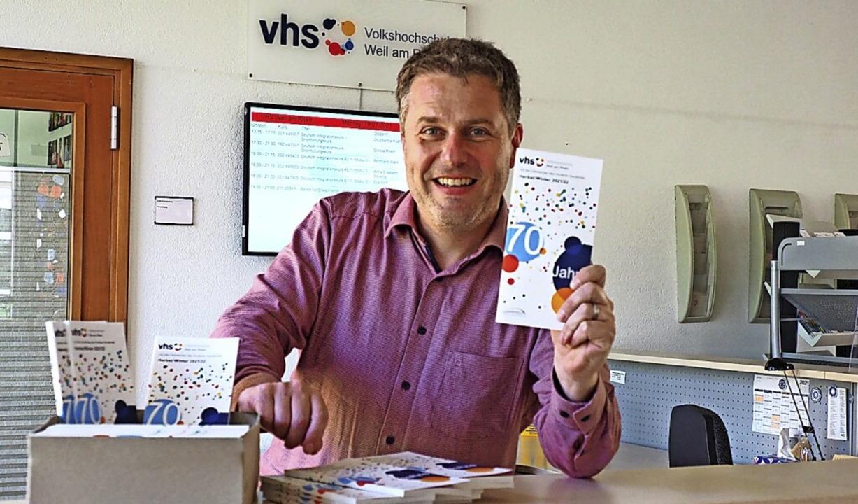 VHS-Leiter Tom Leischner mit dem neuen Semesterprogramm.  | Foto: Herbert Frey