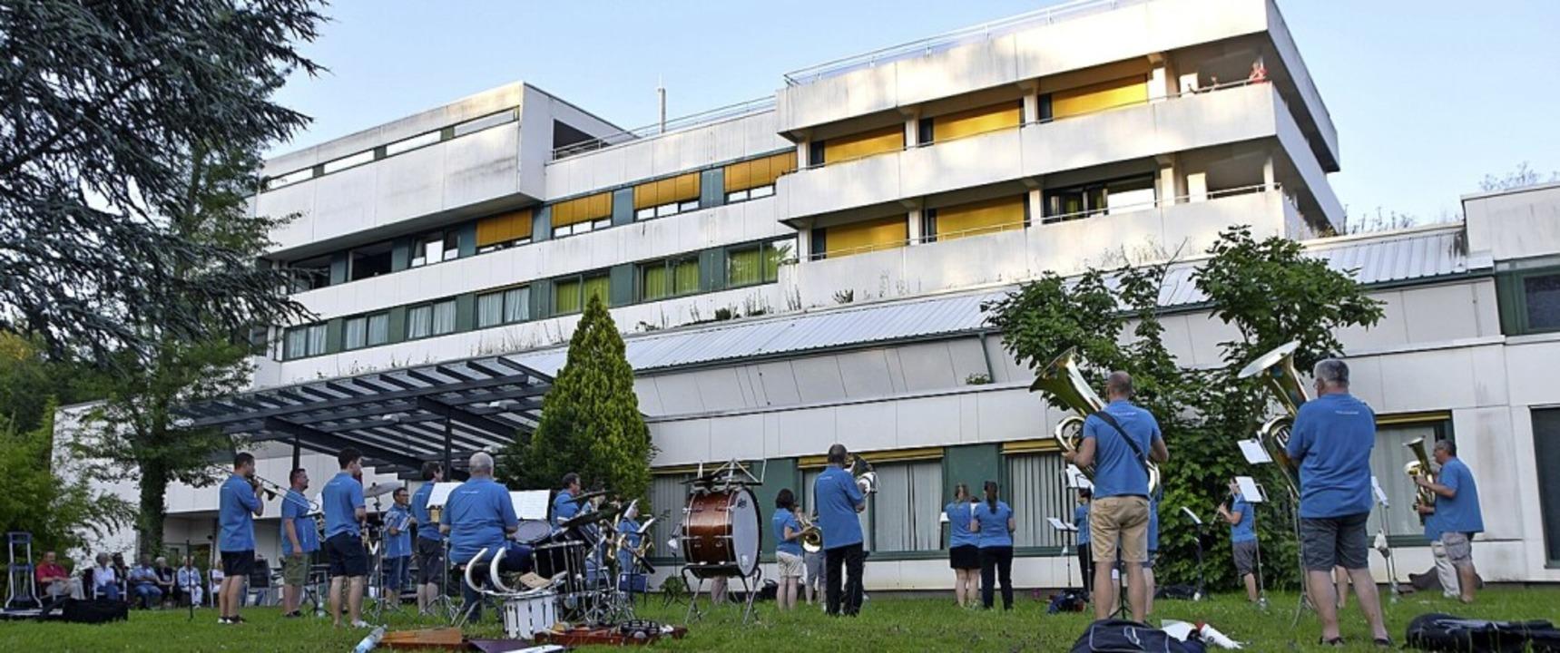 Nollingens Musikverein spielte am Dienstag am Kreiskrankenhaus.    Foto: Horatio Gollin