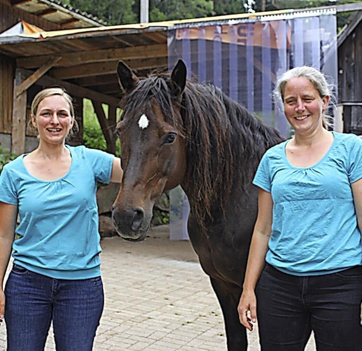Lina Renard und Johanna Laurer bieten  in Bubenbach Therapie mit Pferden an.     Foto: Gert Brichta