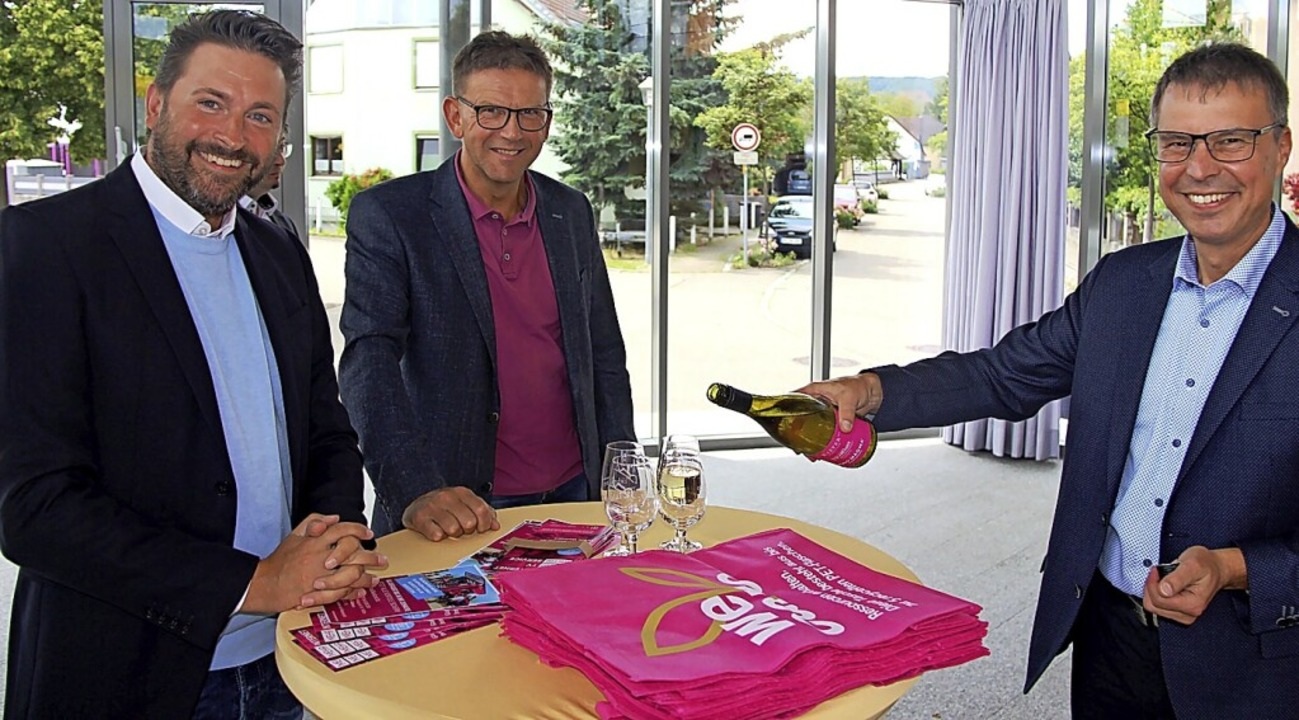 Christopher Beußel und Wolfgang Hägle ...lanten Breitbandausbau in Eichstetten.  | Foto: Horst David