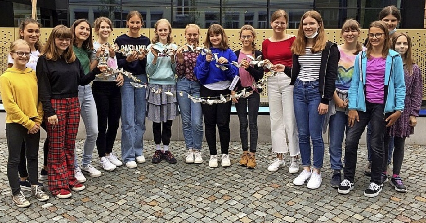 Schülerinnen des St. Ursula Gymnasiums mit ihrer BZ-Boot-Kette.    Foto: Anton Fischer