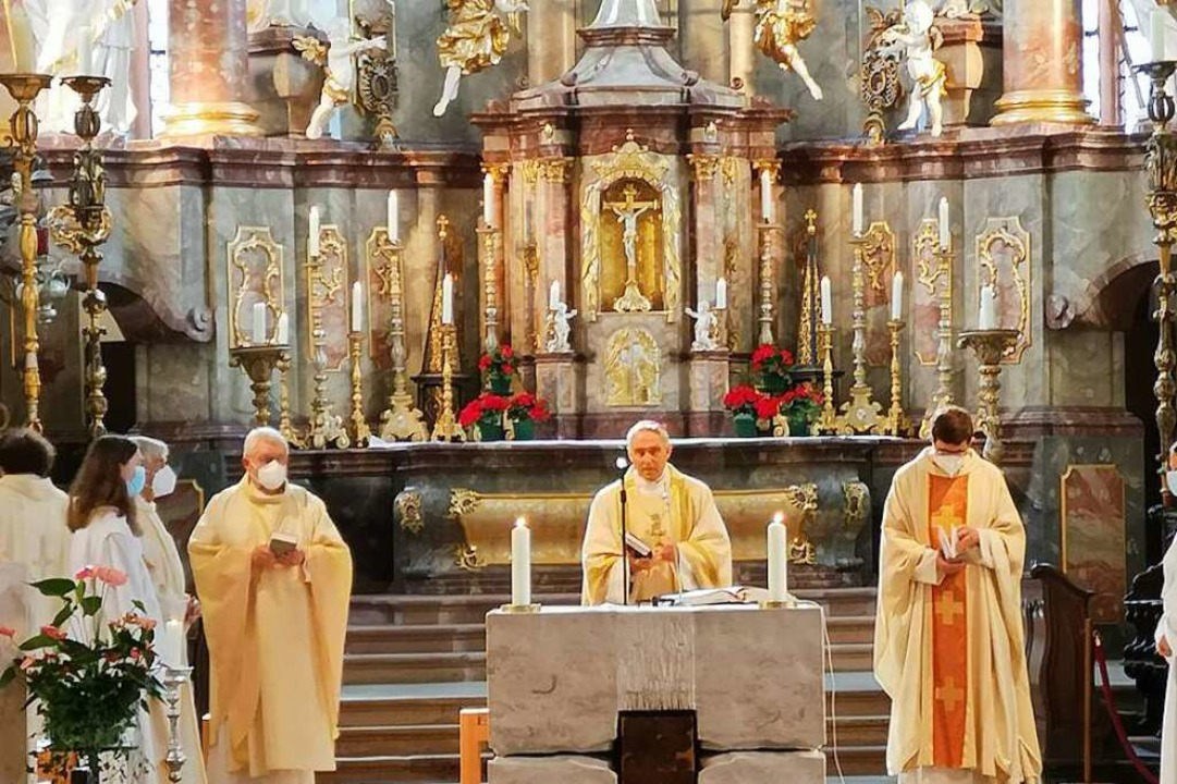 Vor der Einweihung zelebrierte Gänswein in Heilig Kreuz ein Pontifikalamt.   | Foto: Ralf Burgmaier