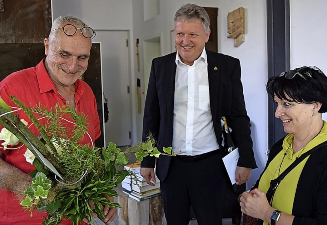 José F. A. Oliver (links) erhält aus d...des Hausacher Lese-Lenzes, gratuliert.    Foto: Michaela Keller