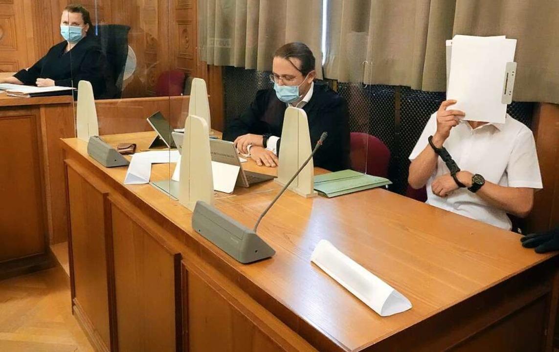 Im Prozess am Landgericht Tübingen um ... links sitzt eine Gerichtsschreiberin.  | Foto: Vanessa Reiber (dpa)
